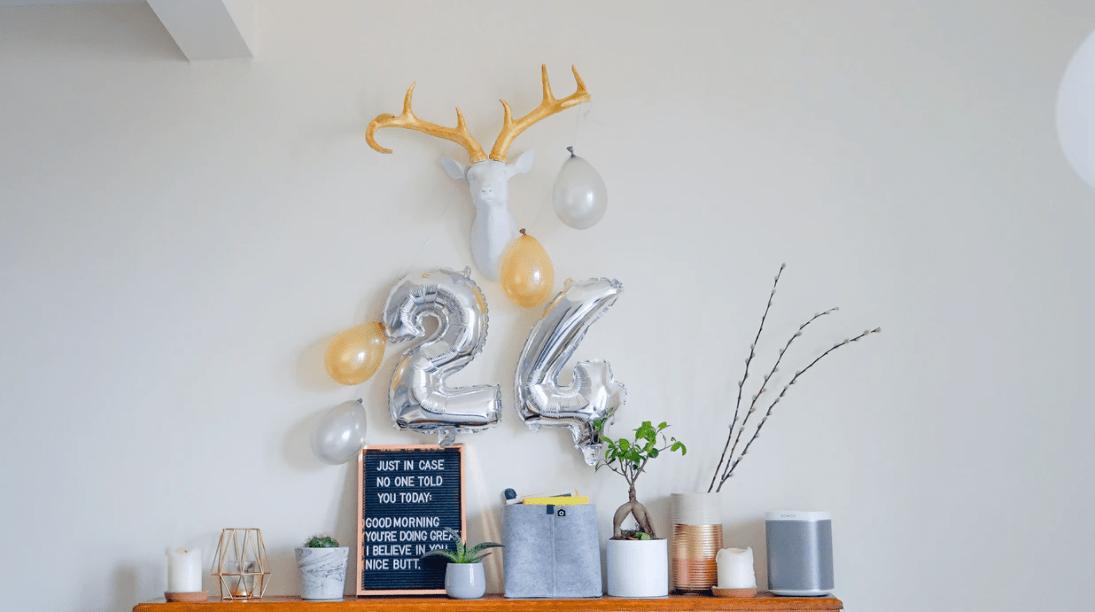 Ausschmückung einer Party mit Zahlenballons